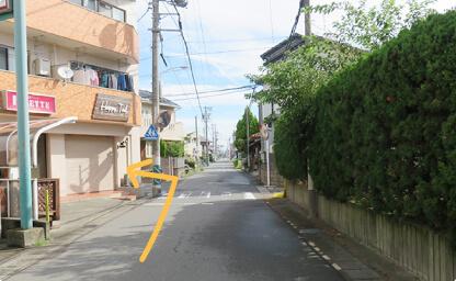 右側に畳屋さんが見えたら交差点を左に曲がってください。